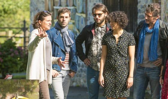 personnages écoutant le guide pendant une visite guidée en extérieur