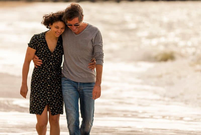 Couple marchant sur la plage de Trouville