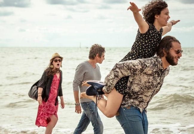 Touristes se promenant en bord de mer à Trouville