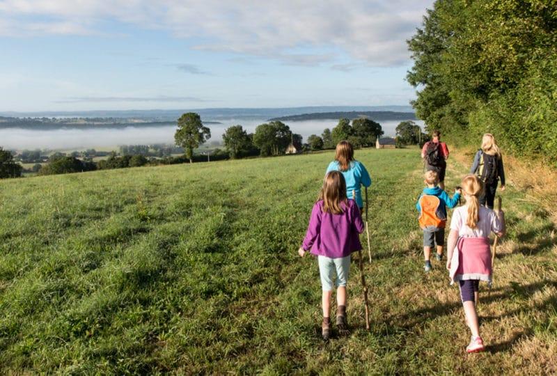 Famille en balade dans le Calvados en Normandie