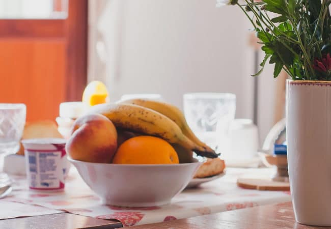 Petit déjeuner sur une table de chambres d'hôtes dans le Calvados