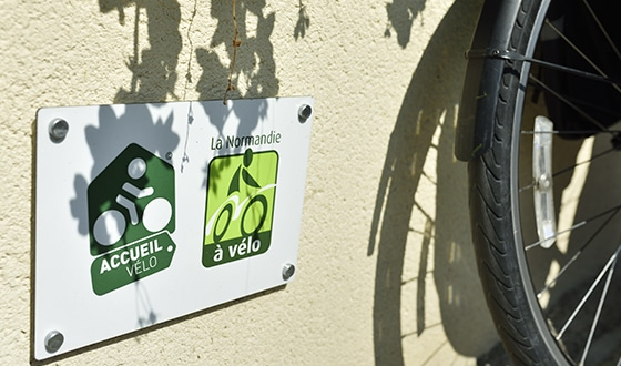 Vélo devant la pancarte accueil vélo
