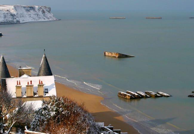 Paysage d'Arromanches dans le Calvados sous la neige en hiver