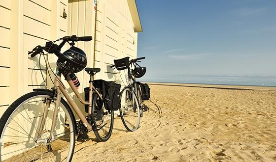 Vélo sur la plage de Ouistreham dans le Calvados