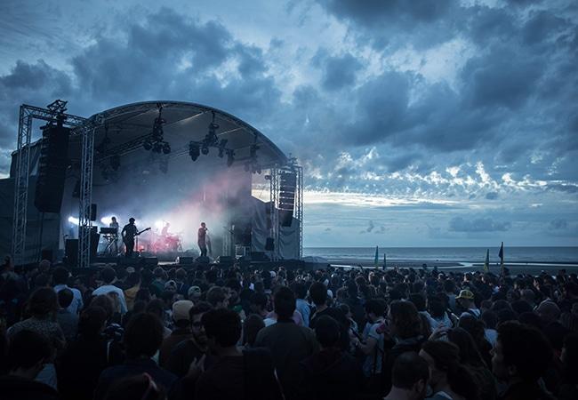 la foule la nuit devant la scène du festival Cabourg mon amour