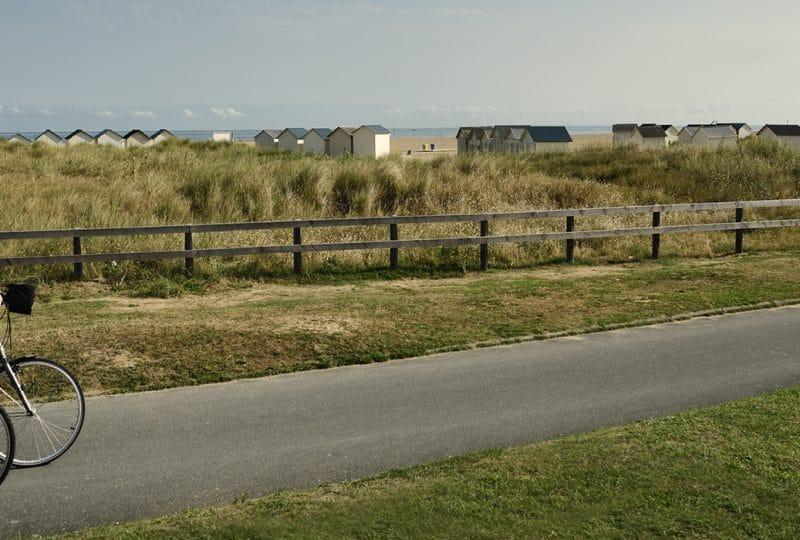 Couple à vélo le long du littoral dans le Calvados