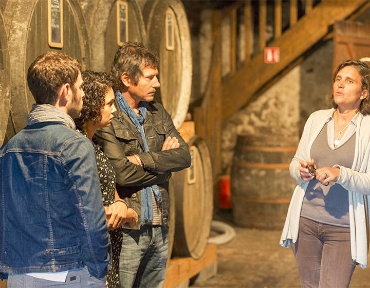 Groupe en visite de distillerie dans le Calvados
