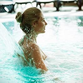 Femme dans une piscine du Calvados en Normandie