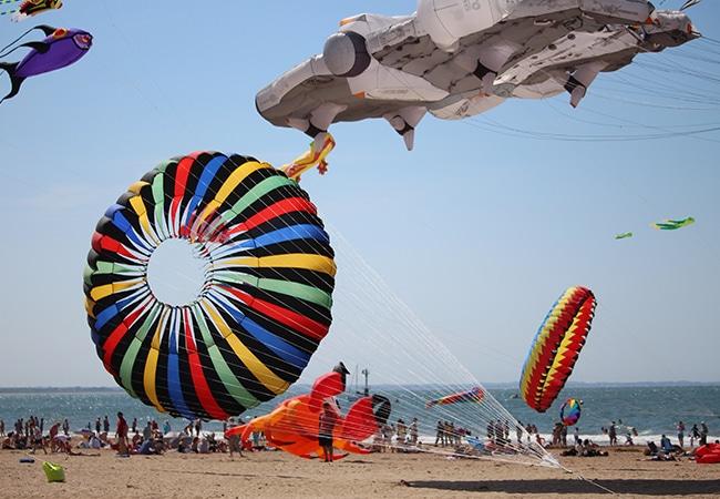 Des cerfs-volants sur la plage d'Houlgate pendant l'événement Houlgate Plein Vent
