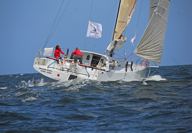 Voilier en mer pendant la Normandy Channel Race