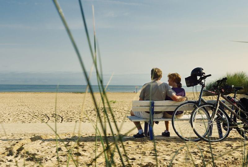 Pause à la plage sur un banc pendant une balade à vélo