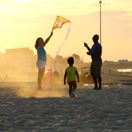 Famille sur la plage dans le Calvados