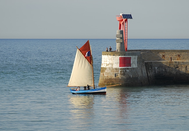 Voilier dans le port de Port en Bessin