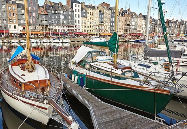 Voiliers amarrés dans le port de Honfleur dans le Calvados en Normandie