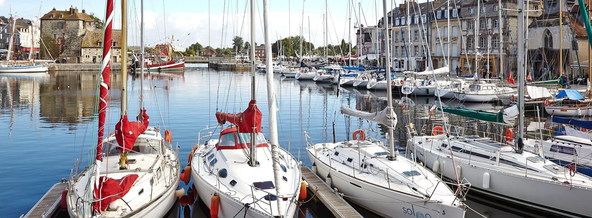 Des voiliers amarrés dans un port de plaisance du Calvados
