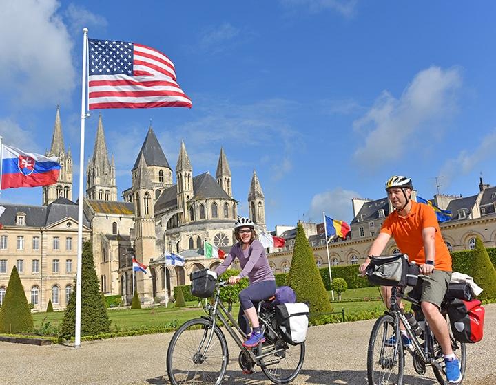 Couple à vélo à Caen dans le Calvados