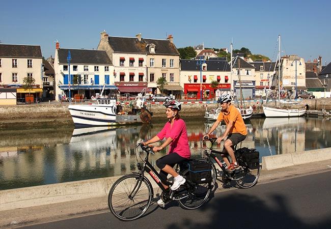 Couple à vélo à Port en Bessin sur la véloroute des plages du débarquement