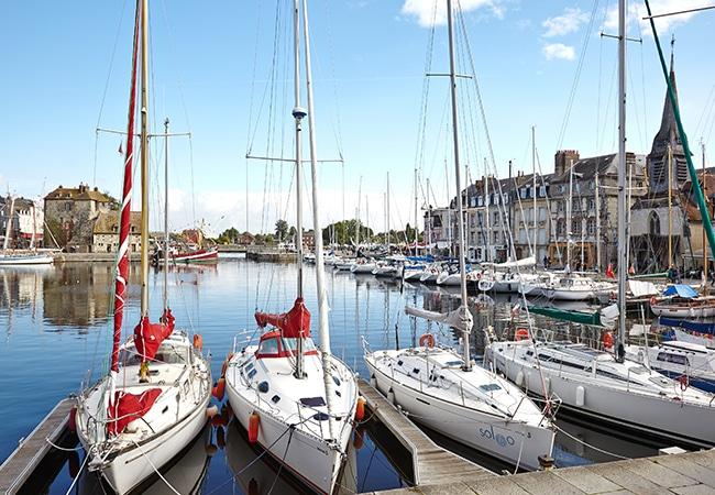 Voiliers dans le port dans le Calvados en Normandie