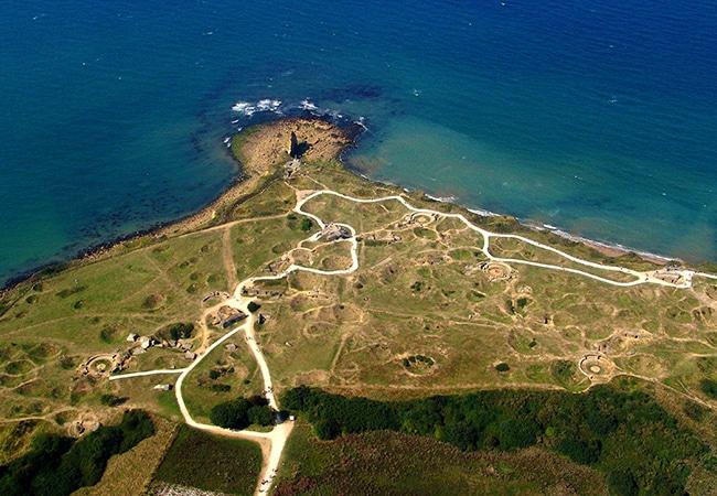 Vue aérienne de la pointe du hoc dans le Calvados en Normandie