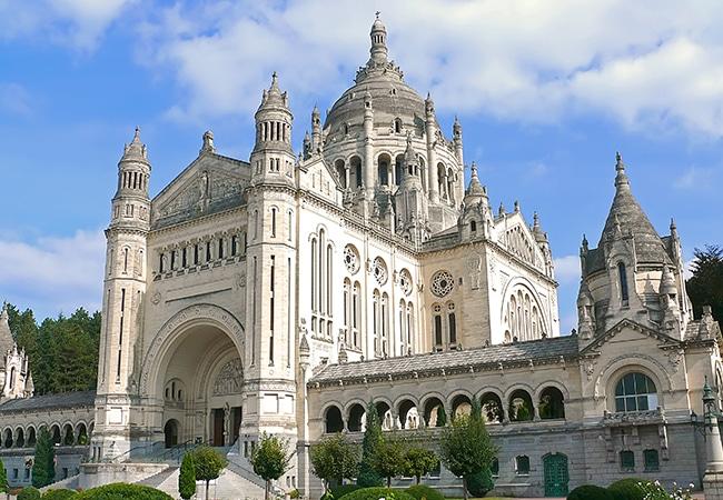 vue de la Basilique de Lisieux dans le Calvados