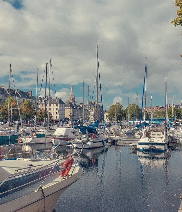 Le port de Caen et ses bateaux
