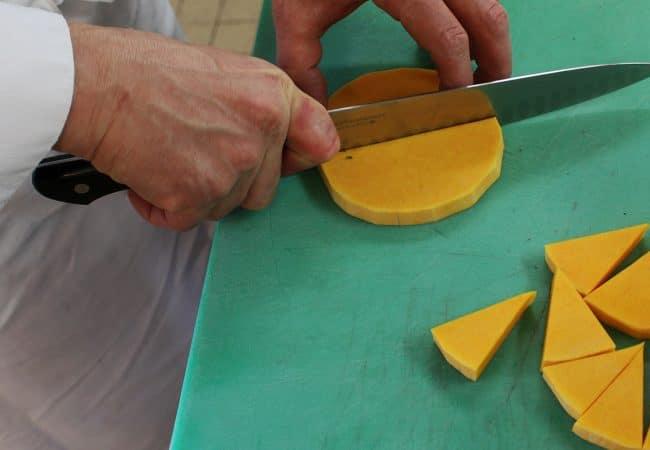 Julien guérard coupant des courges butternut