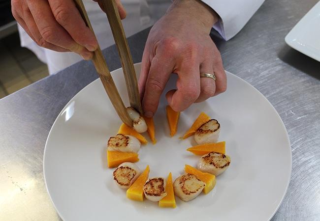 Dressage assiette de coquilles Saint-Jacques