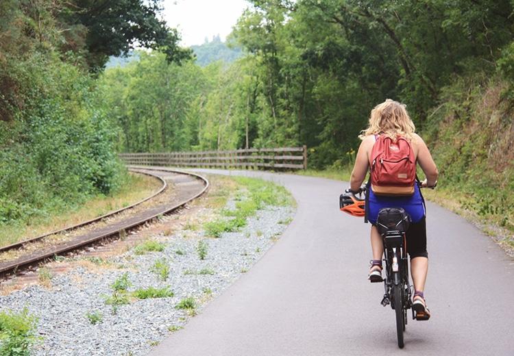 Femme à vélo sur la Vélofrancette
