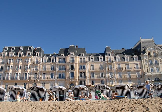 depuis la plage, vue sur le Grand hôtel de Cabourg dans le Calvados