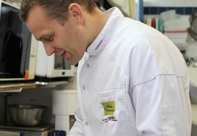 Julien Guérard dans sa cuisine