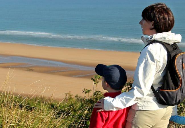 Famille en balade le long du littoral dans le Calvados