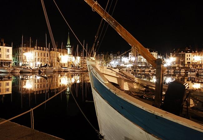 Honfleur, ses bateaux et son port de nuit