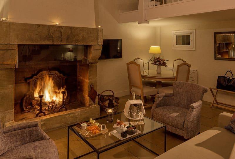 Les manoirs de Tourgeville de l'intérieur avec ses fauteuils et sa cheminée