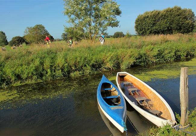 Barques dans les marais de Neuilly dans le Calvados