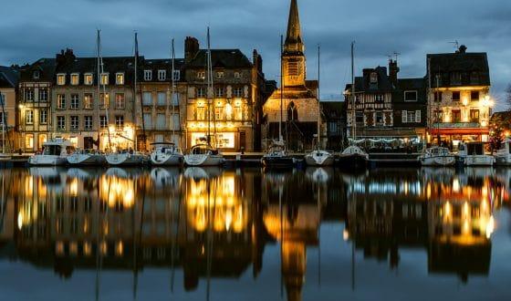 Honfleur et son port à la nuit tombante dans le Calvados