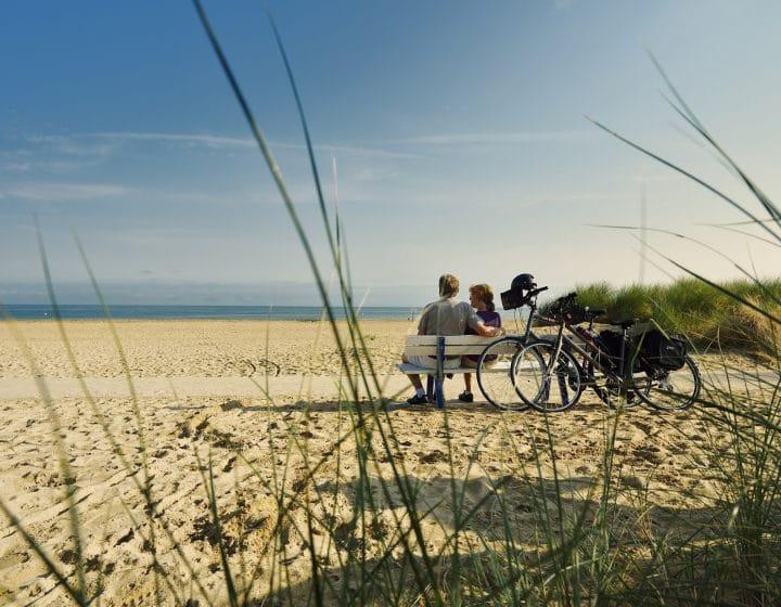 La Vélo Francette - cyclistes en pause sur la plage de Ouistreham
