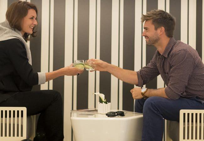 Couple dans un restaurant qui prend un verre