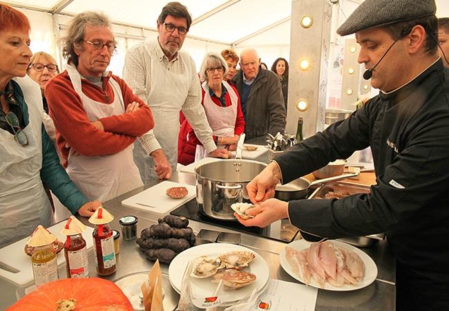 Ouverture de coquilles saint jacques dans le Calvados en Normandie