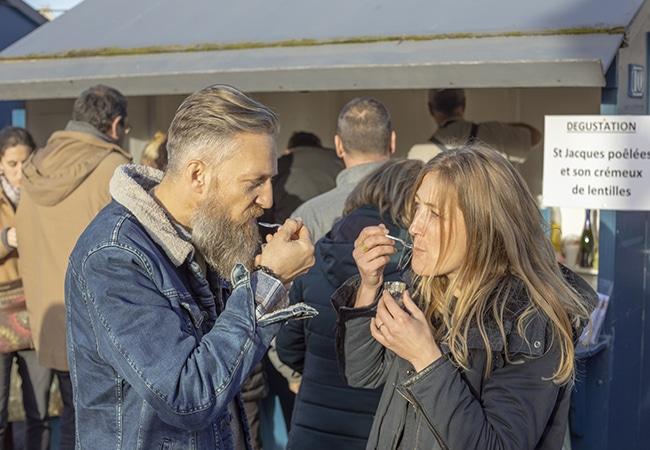 Couple dégustant des coquilles saint jacques dans le Calvados