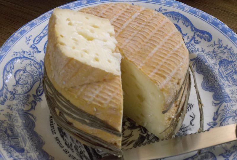 Fromage Livarot du Calvados en Normandie dans une assiette