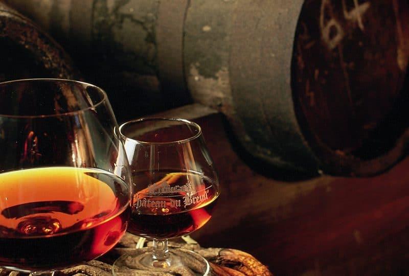 Tonneaux et verres de calvados au château du Breuil dans le Calvados