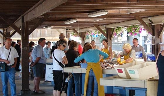 Personnes sur le marché d'Isigny dans le Calvados