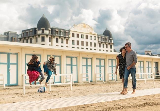 Couple sur la plage de Trouville dans le Calvados