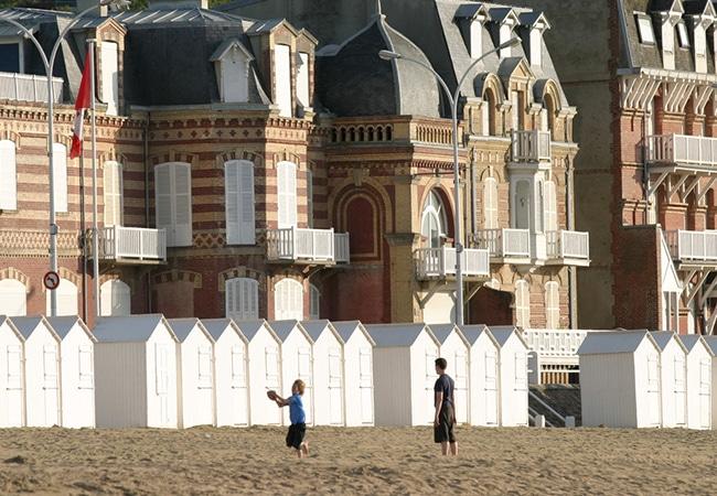 Enfant et adulte sur la plage de Villers dans le Calvados