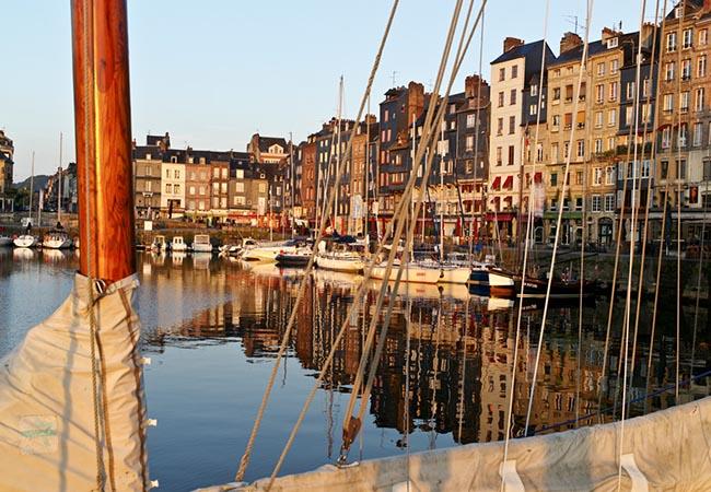 Port et voilier à Honfleur dans le Calvados