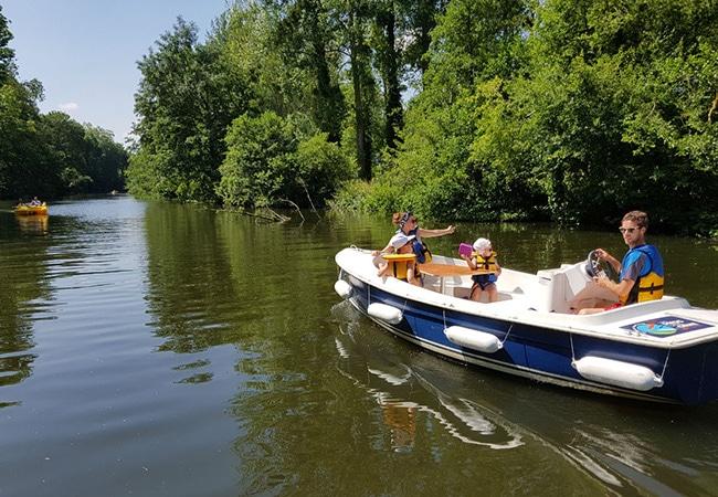 Famille en balade sur une bateau électrique dans le Calvados en Normandie