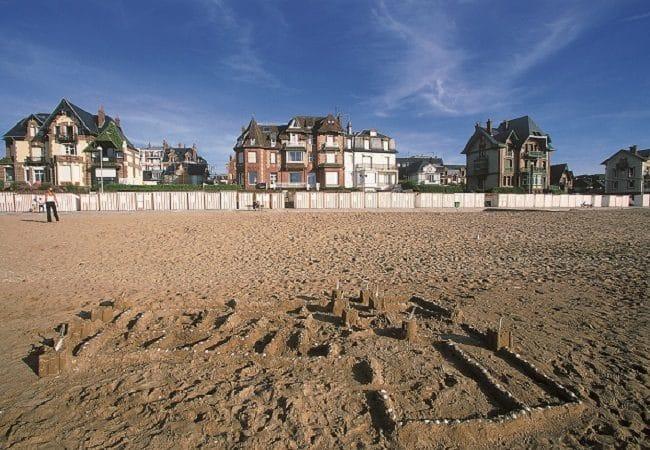 Plage de sable avec en fond les villas anglo-normandes de Houlgate