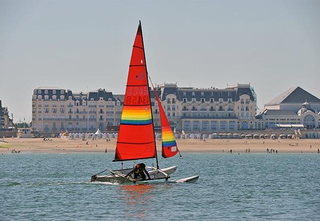 Homme dans un catamaran le long de la plage de Cabourg