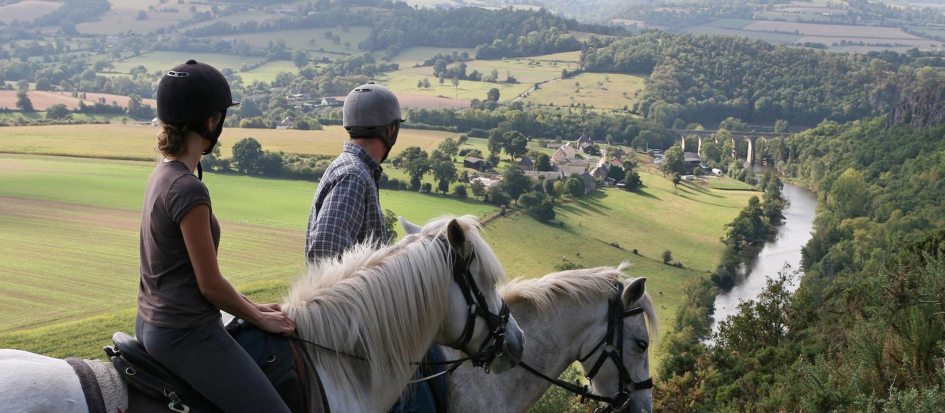 Cavaliers en balade à cheval à Clécy dans le Calvados en Normandie