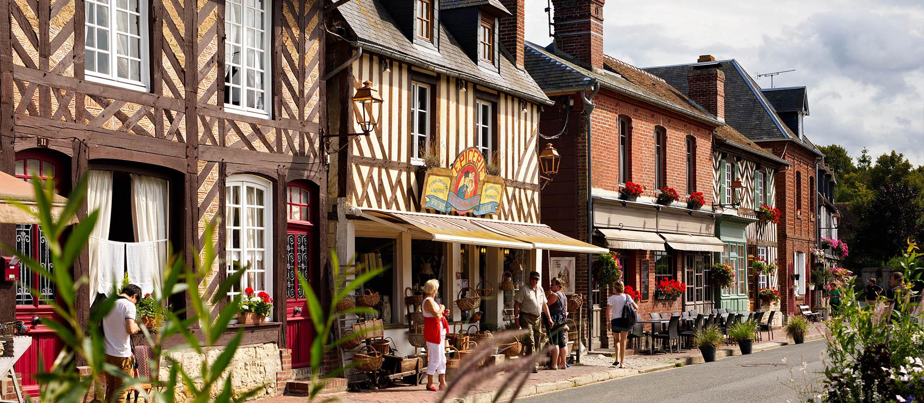 Rue principale de Beuvron-en-auge dans le Calvados avec ses commerces